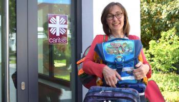 Maria Weiss sammelt gut erhaltene Schultaschen, um sie an Familien mit geringem Einkommen weiterzugeben. | Foto: Caritas
