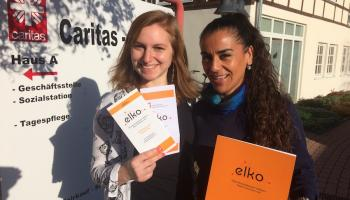 Tina Hallemann (l.) und Lucia Kirscht zeigen Materialien zum elko-Projekt. Foto: Caritas