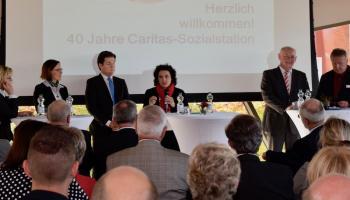 Landessozialministerin Dr. Carola Reimann  (Mitte) gratuliert zu 40 Jahre Caritas-Sozialstation in Duderstadt. Foto: Broermann