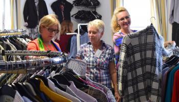 Kleidersuche im FAIRKAUF-Laden der Caritas Südniedersachsen in Duderstadt. Foto: Caritas