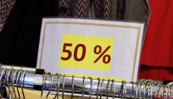 50 Prozent Rabatt im Schlussverkauf. Foto: Caritas