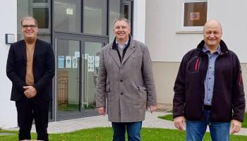 Caritas-Vorstände Holger Gatzenmeyer und Ralf Regenhardt bedanken sich bei Siegfried Kurzer (v.l.). | Foto: Caritas Südniedersachsen