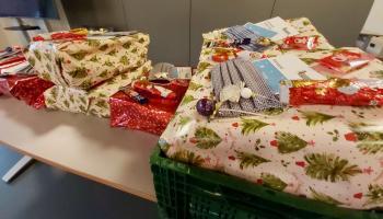 Im Familienzentrum Duderstadt werden individuelle Geschenke für über 400 Wunschzettel gepackt. | Foto: Caritas Südniedersachsen