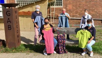 Freuen sich auf den gemeinsamen Sonderverkauf am 30. September (v.l.): Martina Mumdey (DRK), Corinna Jacobi (Caritas), Peter van der Grinten (Caritas), Alexandra Steinert (GAB) und Doris Remin (DRK). | Foto: Caritas
