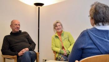 Die Suchtberater Ulrich Schmalstieg und Friederike Smilge lassen sich von Sabine K. aus ihrer Kindheit berichten (v.l.). | Foto: Caritas Südniedersachen