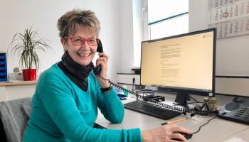 Petra Siebert ist eine von über fünf Freiwilligen, die sich an der Hotline abwechseln. | Foto: Maria Weiss