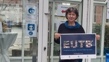 EUTB-Mitarbeiterin Mechthild Diekmann vor dem Campus-Eingang an der Neutorstraße in Duderstadt.   Foto: Caritas