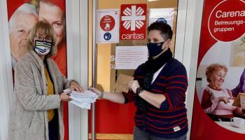 Daniela Ramb (l.) übergibt Hoffnungsbriefe an Stefanie Popp von der Caritas-Sozialstation Göttingen / Gleichen.   Foto: