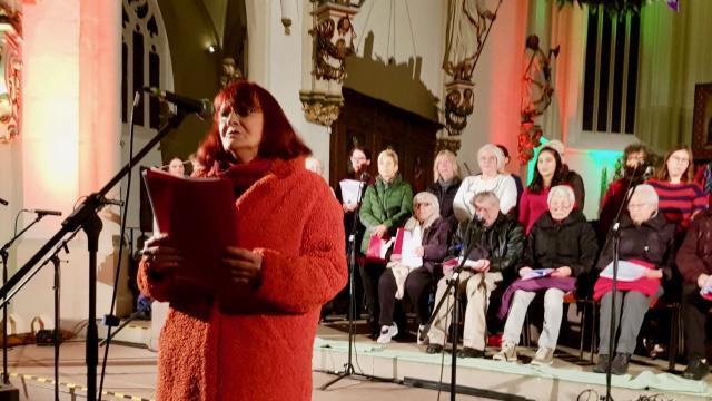"Christiane Vielgraf sang ""Maria durch ein Dornwald ging""."