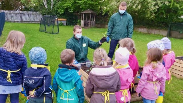 Kinder der KiTa für Alle im Inklusiven Campus Duderstadt lernen, wie Gemüse angebaut wird.