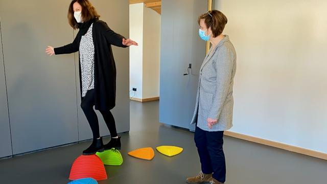 Bettina Schulte testet ihr Gleichgewicht.   Foto: Caritas