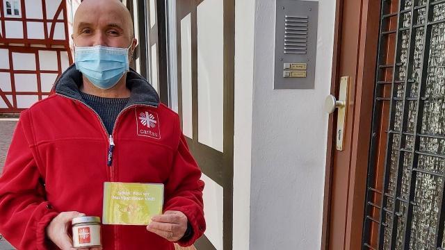 Postkarten und Kerzen verteilte Detlef Gabeler heute an die Nachbarn in der Scharrenstraße in Duderstadt.   Foto: Riemekaten-Remy