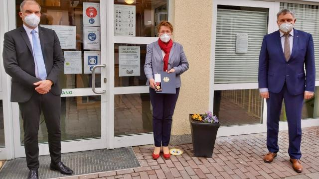 Die Lydia Ballhausen, umrahmt von den Caritas-Vorständen Holger Gatzenmeyer (l.) und Ralf Regenhardt.   Foto: Riemekasten-Remy / Caritas