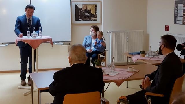 """""""Sie sind die Idealbesetzung"""", sagte Kreisrat Marcel Riethig während der Feierstunde.   Foto: Riemekasten-Remy / Caritas"""